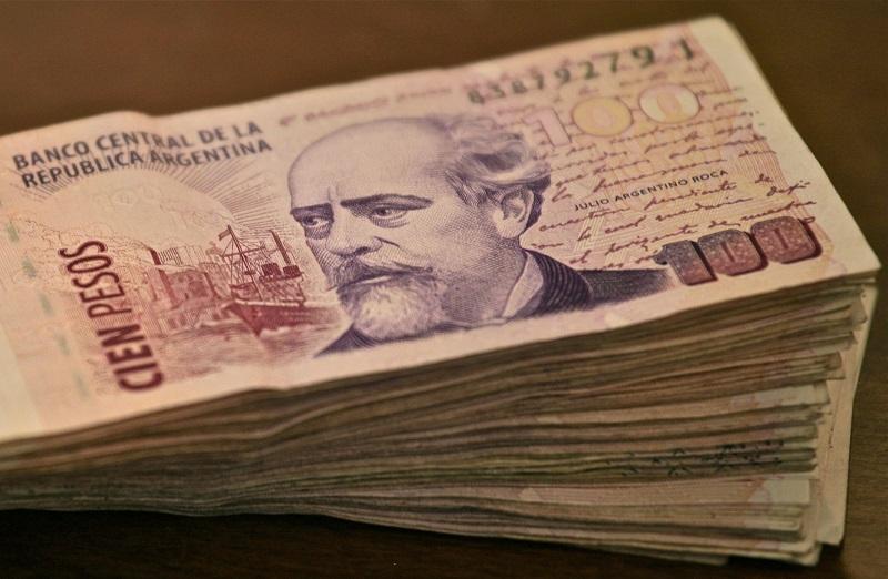 Monte com notas de pesos argentinos