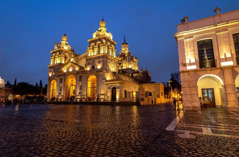 Catedral de Córdoba no período noturno