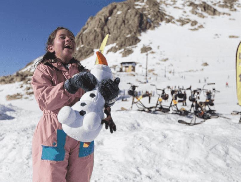 Criança brincando na neve - Argentina