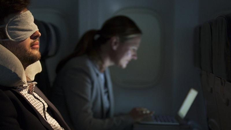 Passageiros em voo noturno