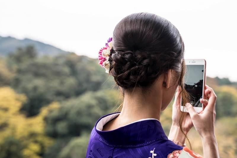 Menina usando o celular em viagem