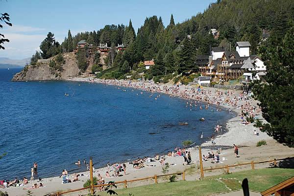 Tomar sol nas praias no verão em Bariloche