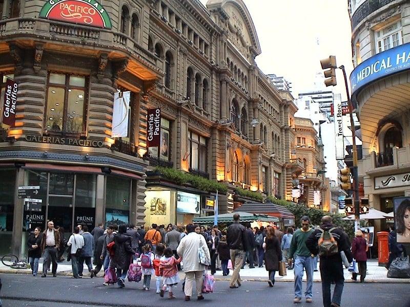 Turistas passeando ao ar livre para fazer compras em Buenos Aires