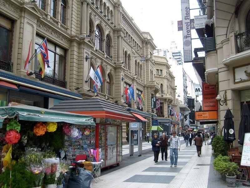 Turistas caminhando em rua de Buenos Aires