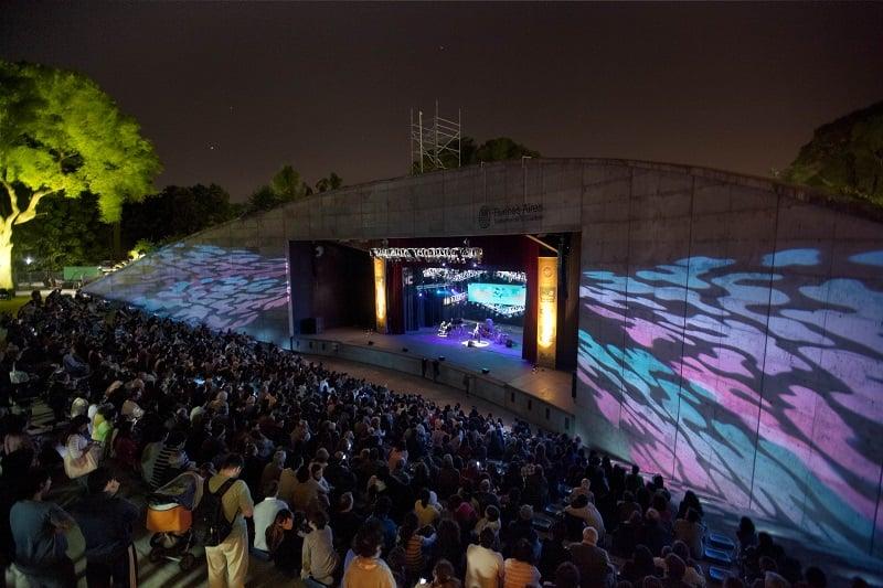 Turistas assistindo a um festival de jazz em Buenos Aires