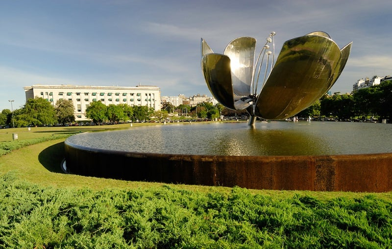 Visitar a Floralis Generica em Buenos Aires no mês de outubro