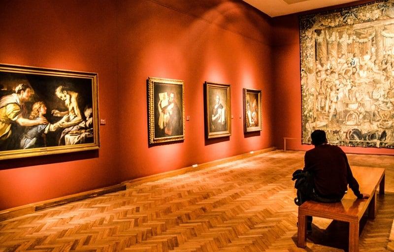 Turista apreciando obra de museu em Buenos Aires
