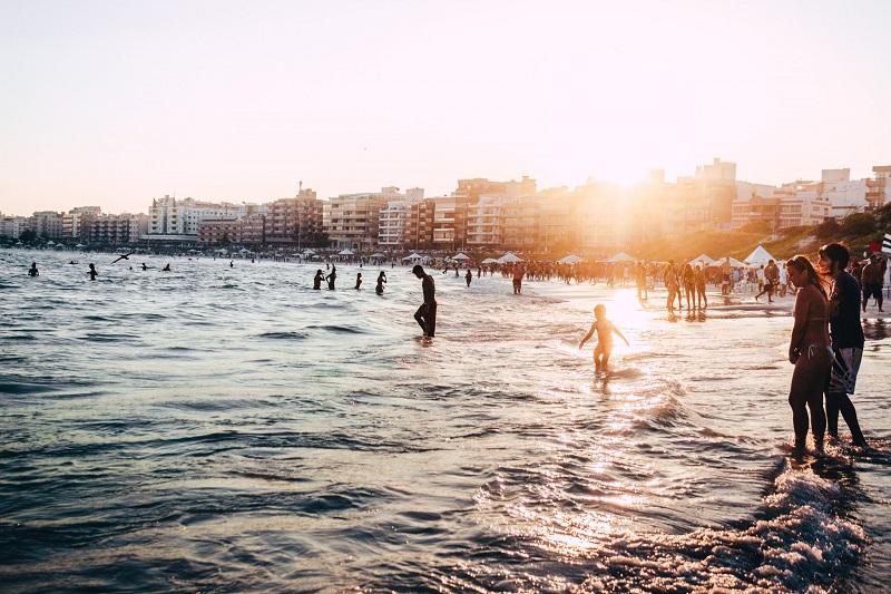 Turistas curtindo praia em verão de Buenos Aires