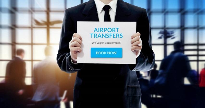 Homem com plaquinha de transfer em aeroporto