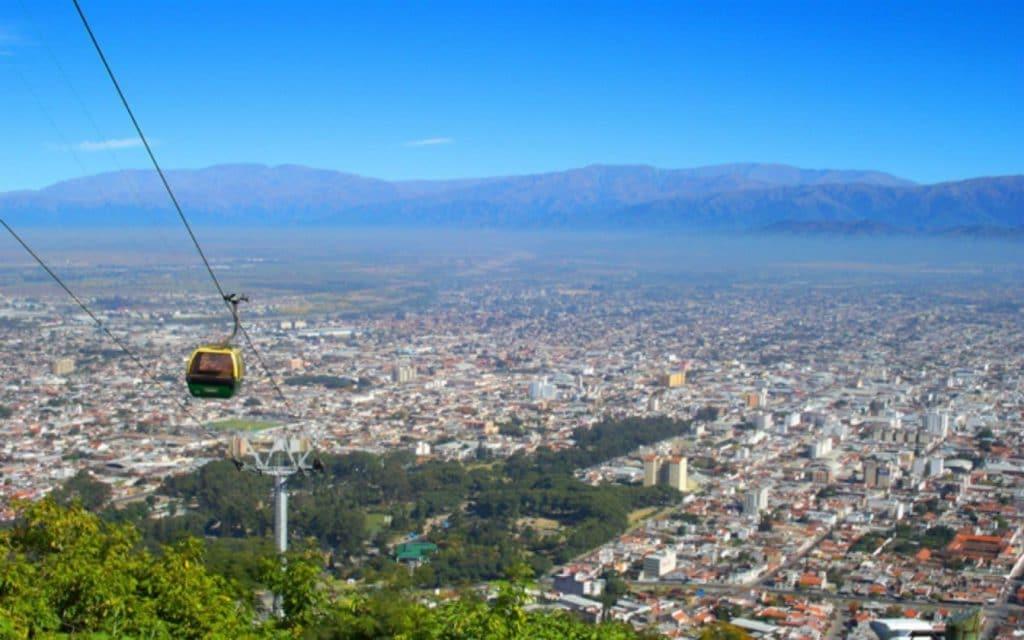 Teleférico no Cerro San Bernardo durante a primavera