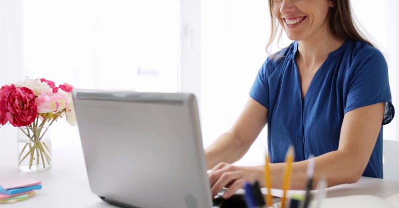 Menina usando o computador