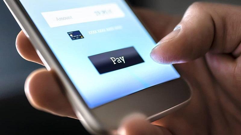 Pessoa transferindo dinheiro pelo celular