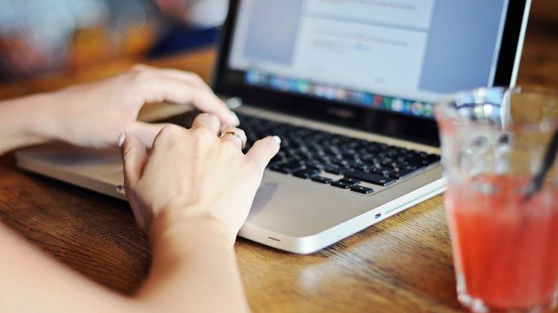 Pessoa usando o computador