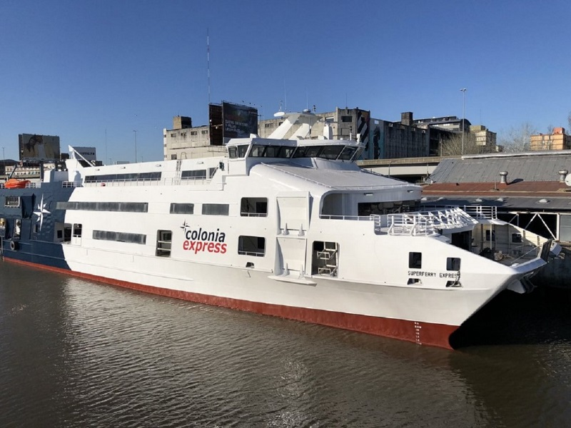 Ferry Boat Colonia Express pronto para embarcar