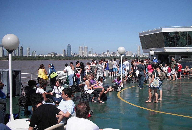 Pessoas em estação de ferry boat