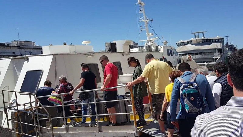 Turistas embarcando em ferry boat Buenos Aires na Argentina