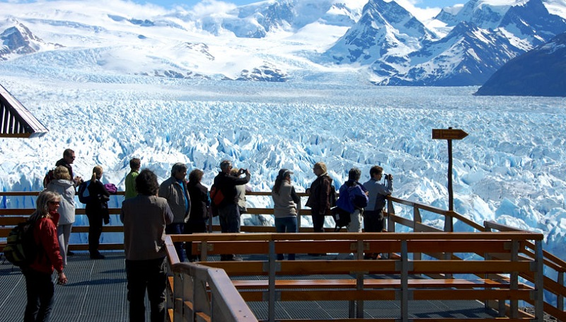 Turistas em geleira Perito Moreno em El Calafate