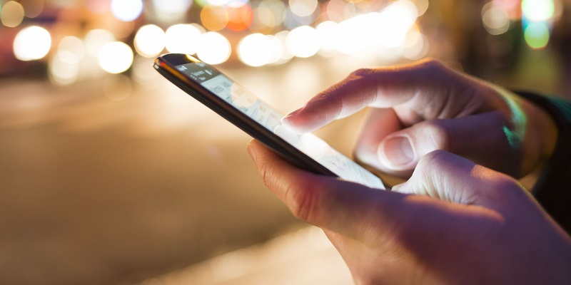 Pessoa usando o celular na Argentina