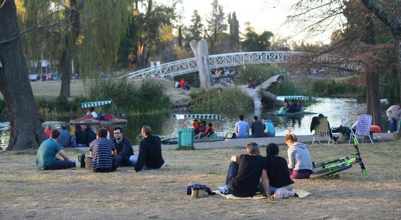 Turistas no Parque Sarmiento em Córdoba