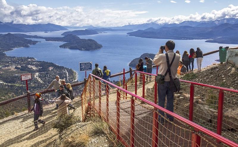 Turistas fazendo fotos em Bariloche