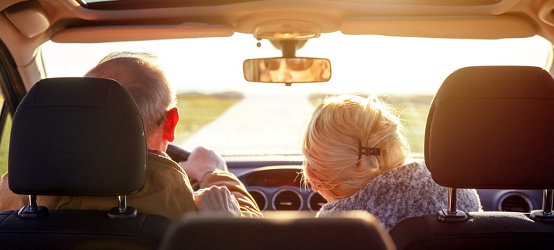 Casal de idosos viajando de carro