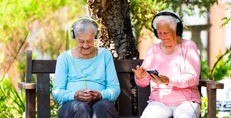 Idosas usando os celulares