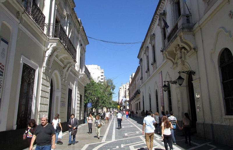 Turistas andando por Córdoba